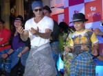 Shah Rukh Khan S Lungi Dance With Kids On Father S Day Mumbai