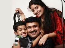 https://malayalam.filmibeat.com/img/2014/12/14-1418556625-sudheesh-and-family.jpg