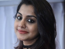https://malayalam.filmibeat.com/img/2017/06/meera-nandan-gold-coins-01-10-1497075590.jpg