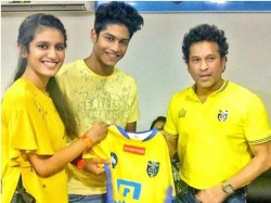 Priya Prakash Varrier With Sachin Tendulkar During The Isl Match